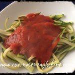Spaghetti di zucchine al pomodoro e basilico