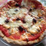 Pizza al teff con acciughe, capperi e olive