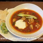 Zuppa di pollo messicana con salsa guacamole e panna acida senza lattosio